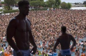 Dos gogós enardecen a una multitud de bañistas en la piscina de Illa Fantasia, ayer.