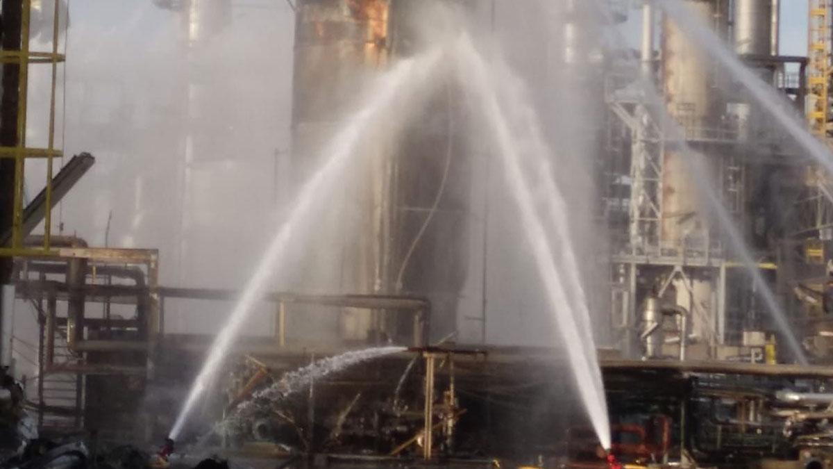 Tareas de extinción del incendio en la petroquímica de Tarragona, tras la explosión del día anterior.