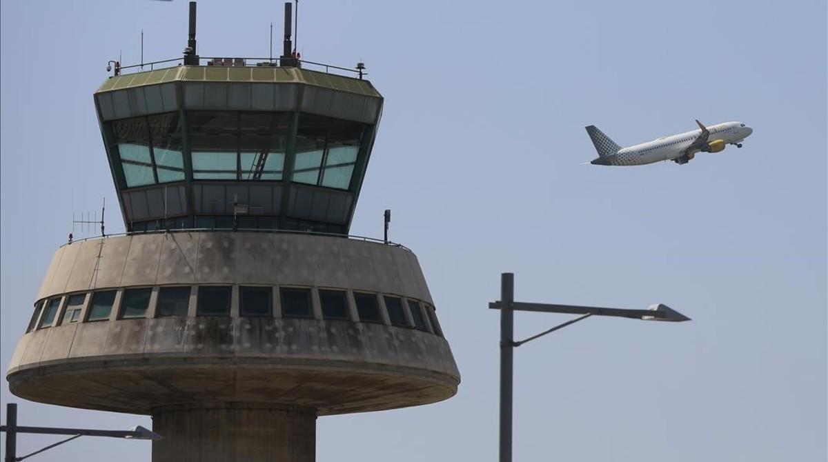 Un avión despega del aeropuerto de Barcelona.