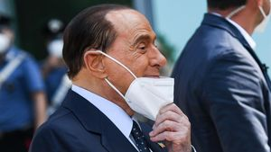 Berlusconi, a la salida del hospital por su ingreso por coronavirus.