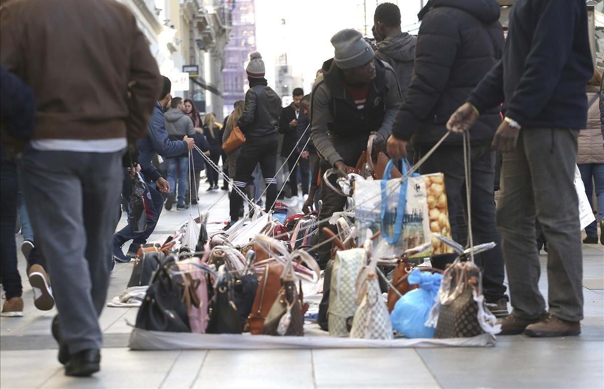 Bolsos y otras mercancías falsas en una manta de la Gran Vía de Madrid.
