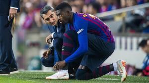 Valverde habla con Dembélé instantes antes de darle entrada en sustitución de Messi frente al Sevilla.