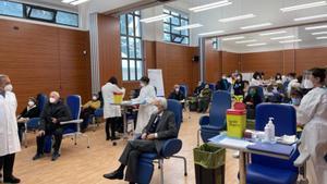 El presidente italiano, Sergio Mattarella, esperando en el centro de vacunación.