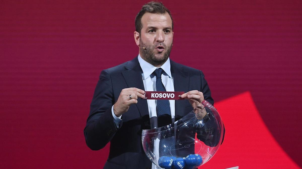 Rafael van der Vaart escoge la bola de Kosovo durante el sorteo preliminar de los grupos de la Copa del Mundo de la FIFA, en diciembre del año pasado, en Zúrich.