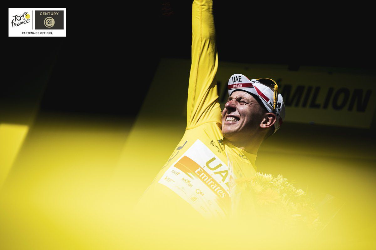 Tadej Pogacar, feliz con el jersey amarillo.
