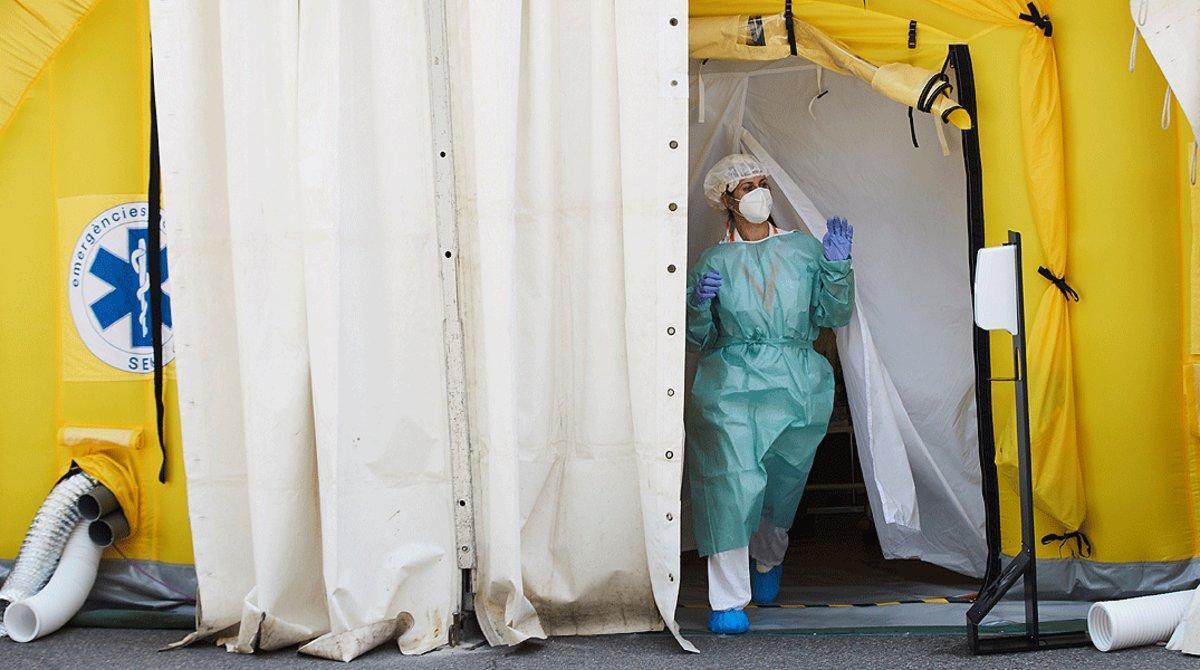 Una sanitaria sale del hospital de campaña anexo al CUAP Prat de la Riba de Lleida, donde se centralizan las pruebas a posibles contagiados de covid-19, este martes 14 de julio.
