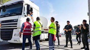 Transportistas en huelga bloquean la entrada al puerto de Barcelona.