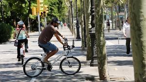 Un usuario circula con una bicicleta eléctrica por la avenida Diagonal.