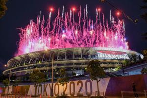Fuegos artificiales en el estadio, durante la inauguración de los Juegos Olímpicos de Tokyo.