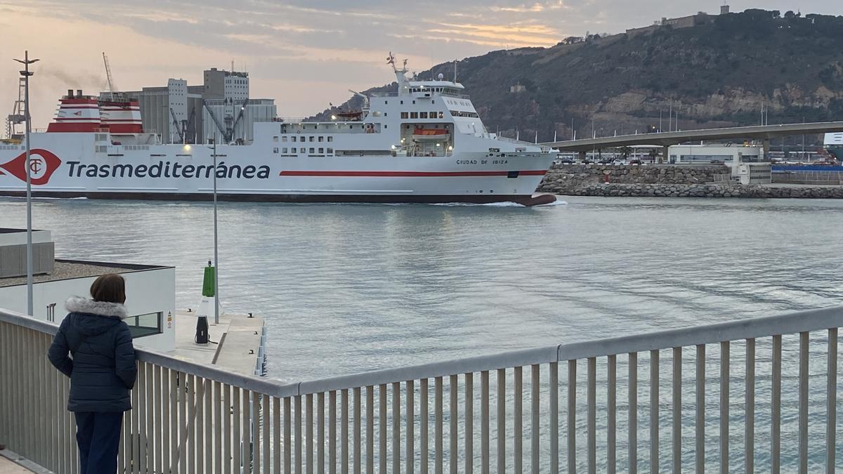 Buque de Trasmediterránea entrando en el puerto de Barcelona.