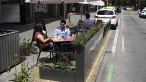 Barcelona 3/06/2021  Nuevas plataformas para las terrazas de Barcelona En la foto modelo Urbadis Microarquitectura en Carrer Rosselló, 51 Restaurante Sur Foto Ferran Nadeu