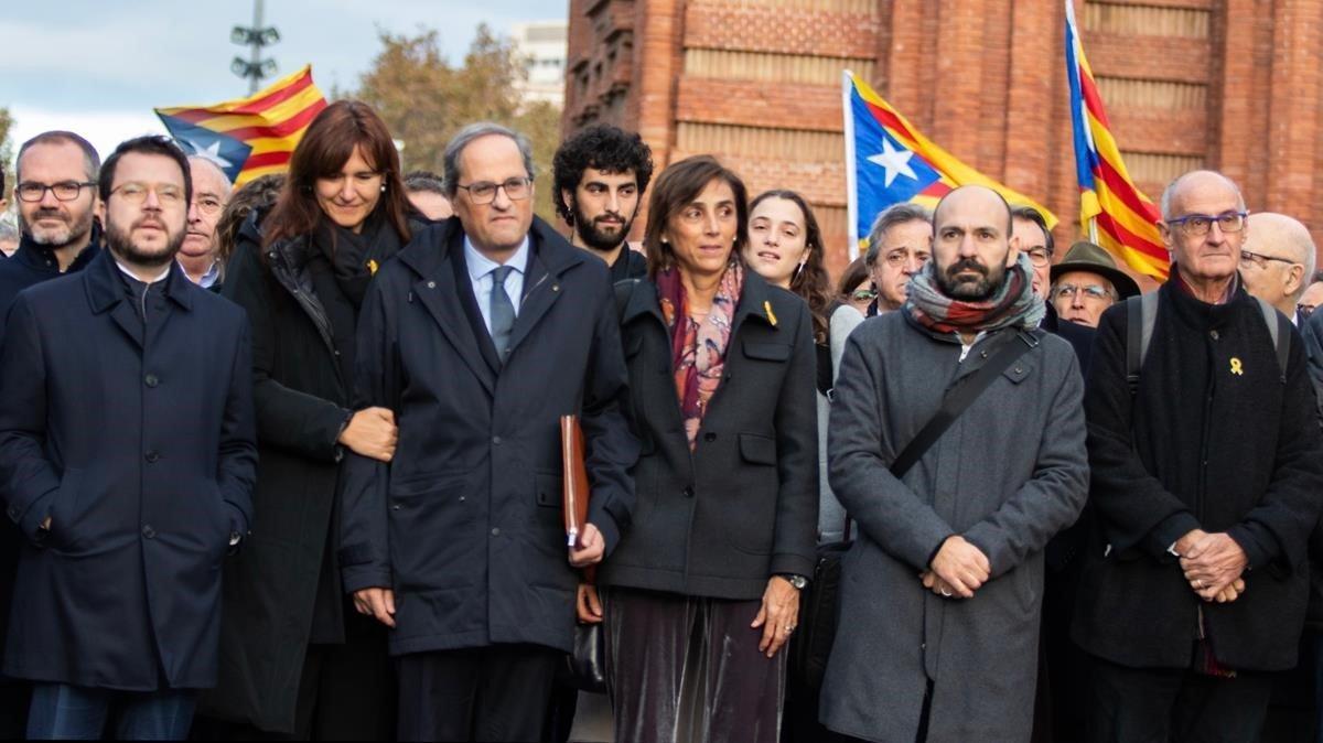 Aragonès (izquierda), junto a Laura Borràs, que encabezó la lista de JxCat al Congreso, y otros dirigentes independentistas acompañan a Torra al TSJC, este lunes.