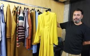 Juanjo Oliva, con las prendas de su colección.