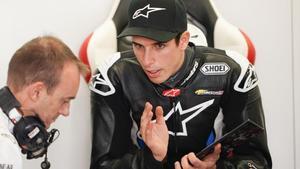 Àlex Márquez (Honda) habla con uno de los telemétricos del equipo LCR Honda.