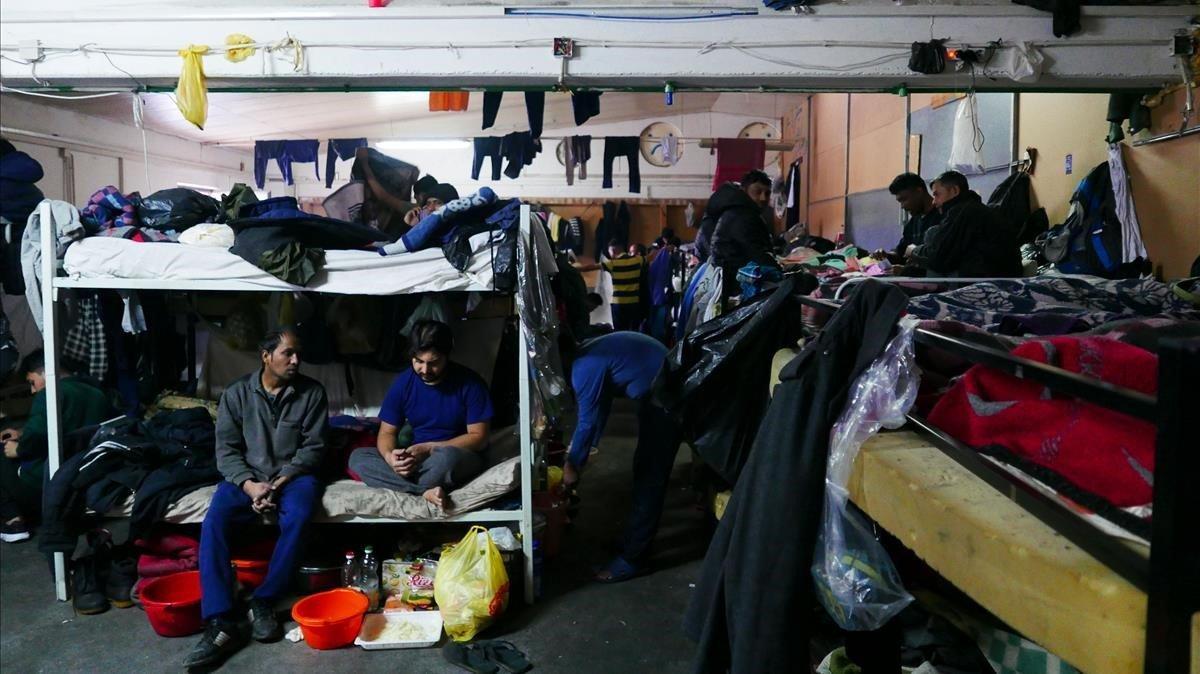 Una sala del campo de refugiados de Miral, ocupada por migrantes paquistanís.