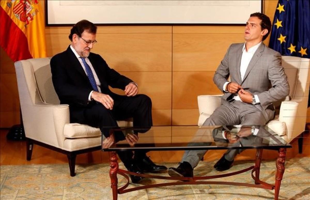 El presidente en funciones, Mariano Rajoy, y el líder de Ciudadanos, Albert Rivera, en el Congreso, al inicio de la reunión para hablar de la investidura.