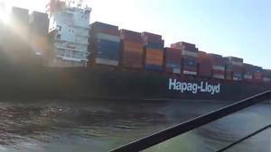 Egipto tendrá que dragar 20.000 metros cúbicos de arena para liberar el buque del canal de Suez