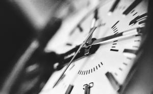 Agujas de reloj marcan el tiempo