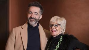 Concha Velasco posa con Pepe Ocio, su mánager en la comedia 'El Funeral'.
