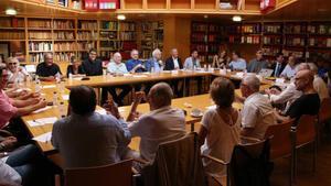 Los miembros del Patronato del Lliure en la reunión de celebrada en la biblioteca del teatro.