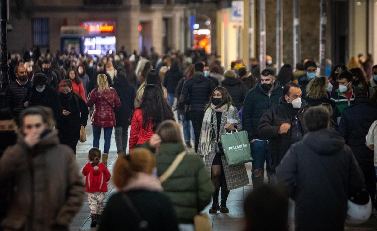Domingo de tiendas abiertas en el Portal de l'Àngel de Barcelona, el 3 de enero.