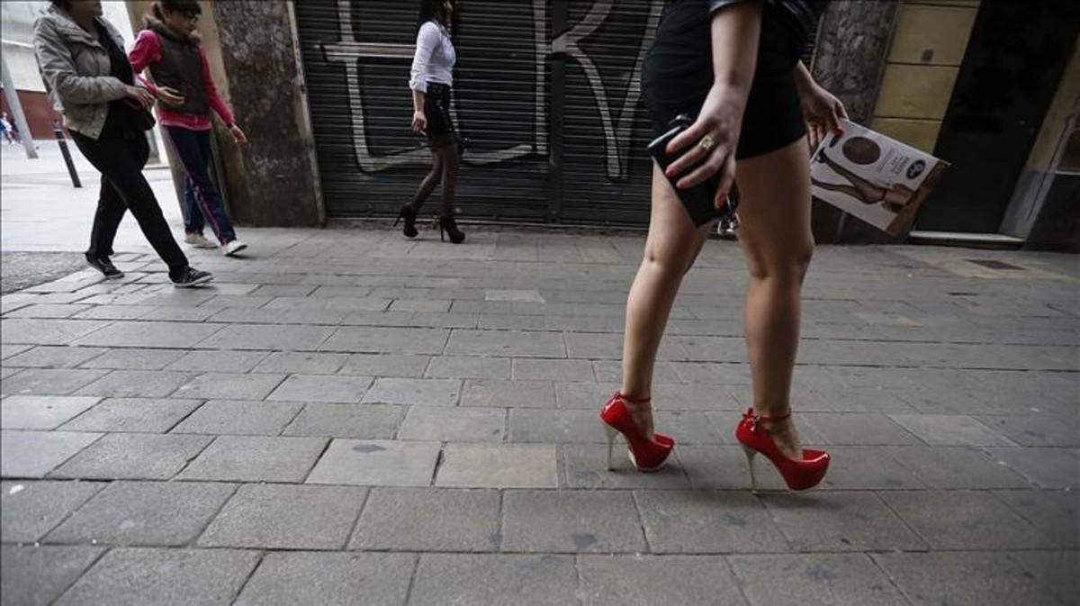Prostitutas en la calle de Sant Pau, en Ciutat Vella.