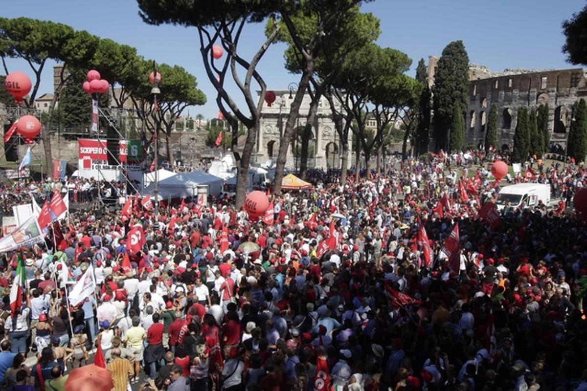 Miles de personas participan en las manifestaciones contra el plan de ajuste del Gobierno, este martes, en Roma.