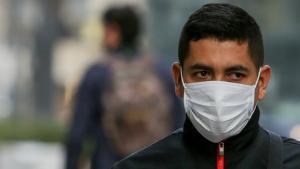 Un hombre con mascarilla por las calles de Madrid.