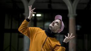 El coreógafo Pere Faura  gesticulando como su admirado Bob Fosse, en el Mercat de les Flors.
