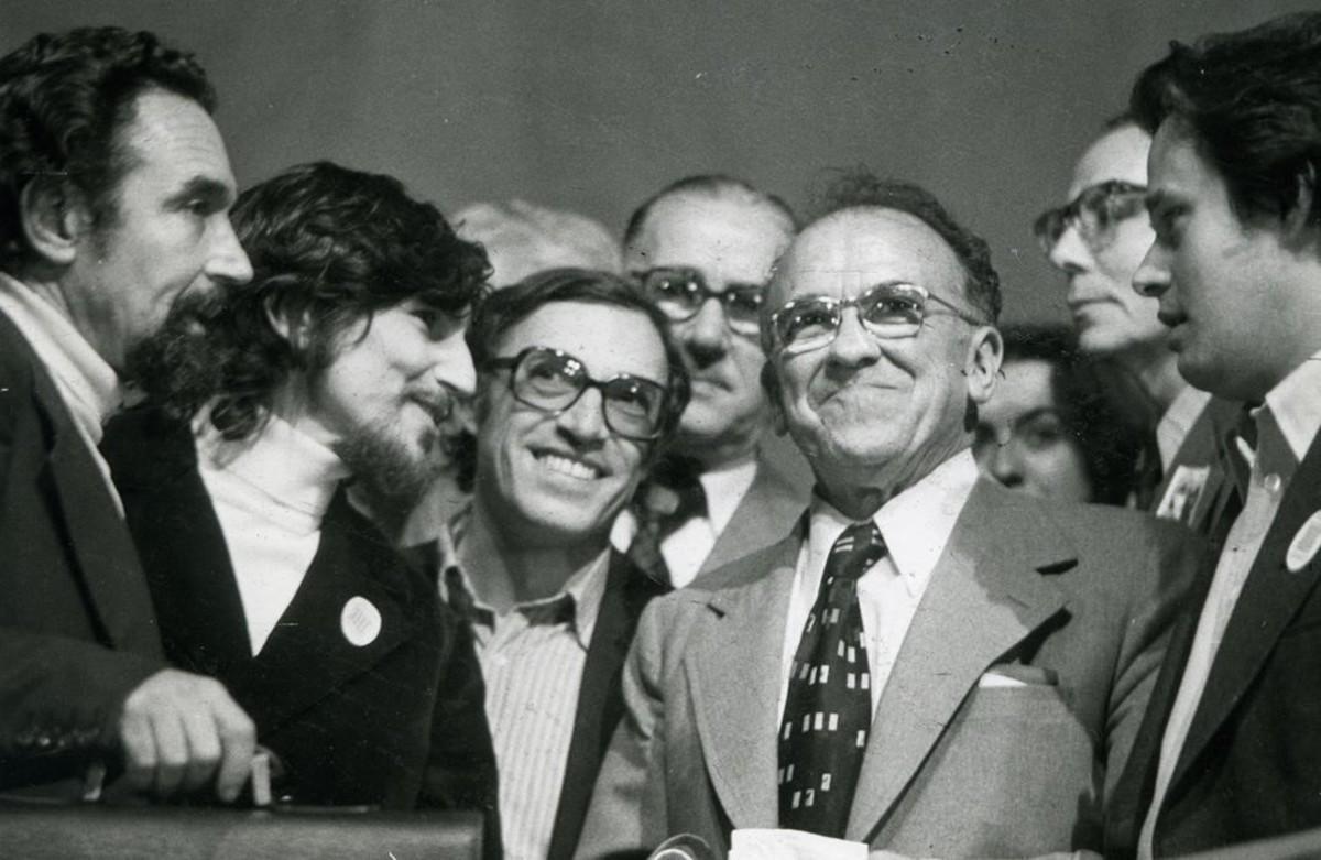 Santiago Carrillo con Jordi Solé Tura y miembros de la dirección del PSUC.