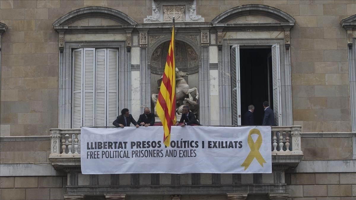 La Junta Electoral obliga a Torra a retirar la 'estelada' y los lazos amarillos