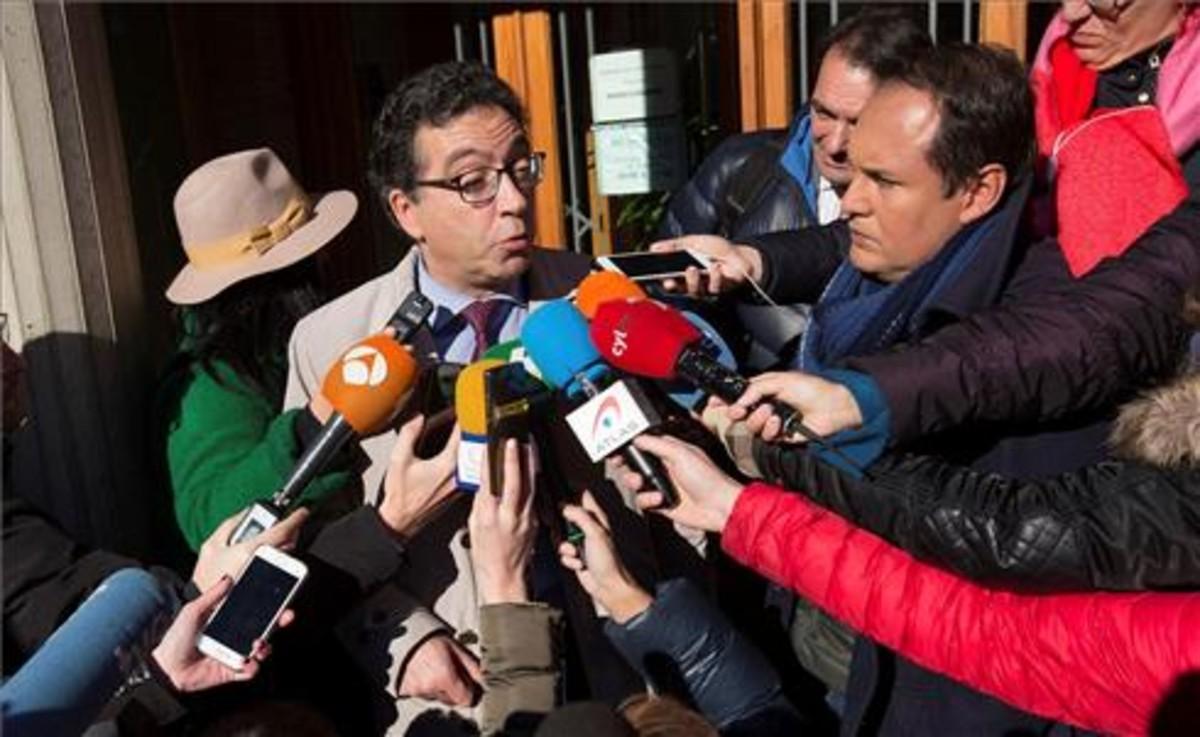 El representante de la Asociación Clara Campoamor -que ejerce la acusación popular-, Luis Antonio Calvo, atiende a los medios.