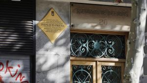 Placa en memoria del diputado socialista y ministro durante la II Republica Indalecio Prietoen la que fue su casa en la Calle Carranzaen Madrid.