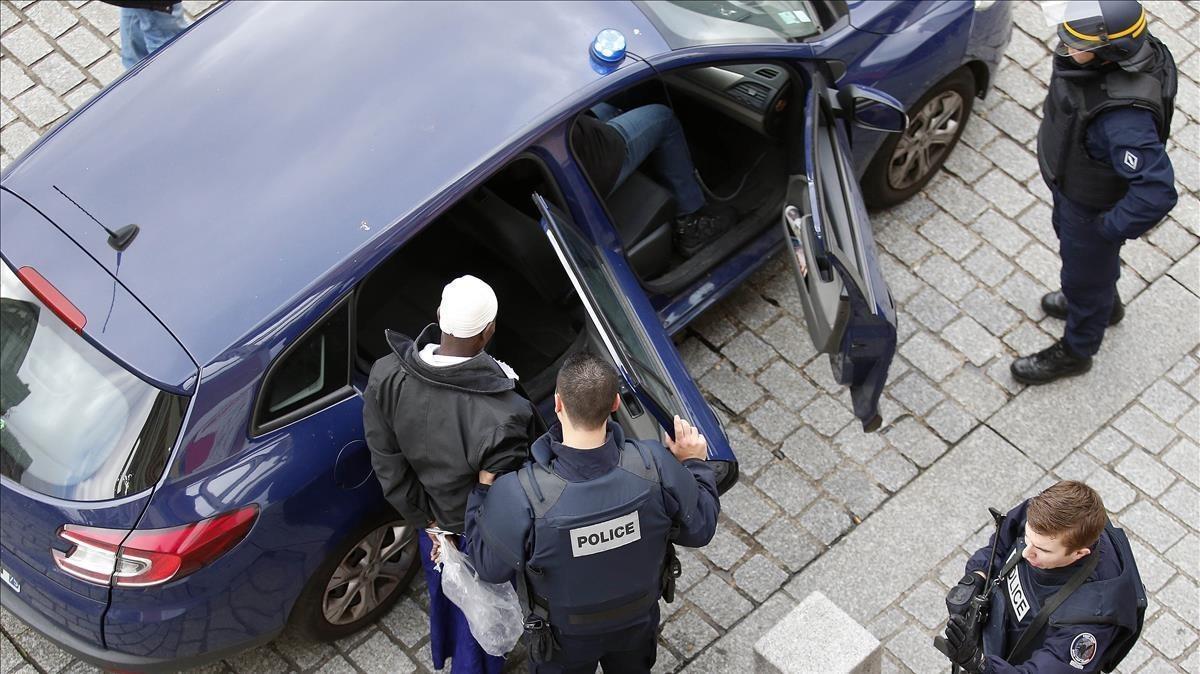 Agentes franceses arrestan a un sospechoso en una redada en Saint-Denis, en el norte de París, el 18 de noviembre del 2015, tras los ataques yihadistas de la semana anterior.