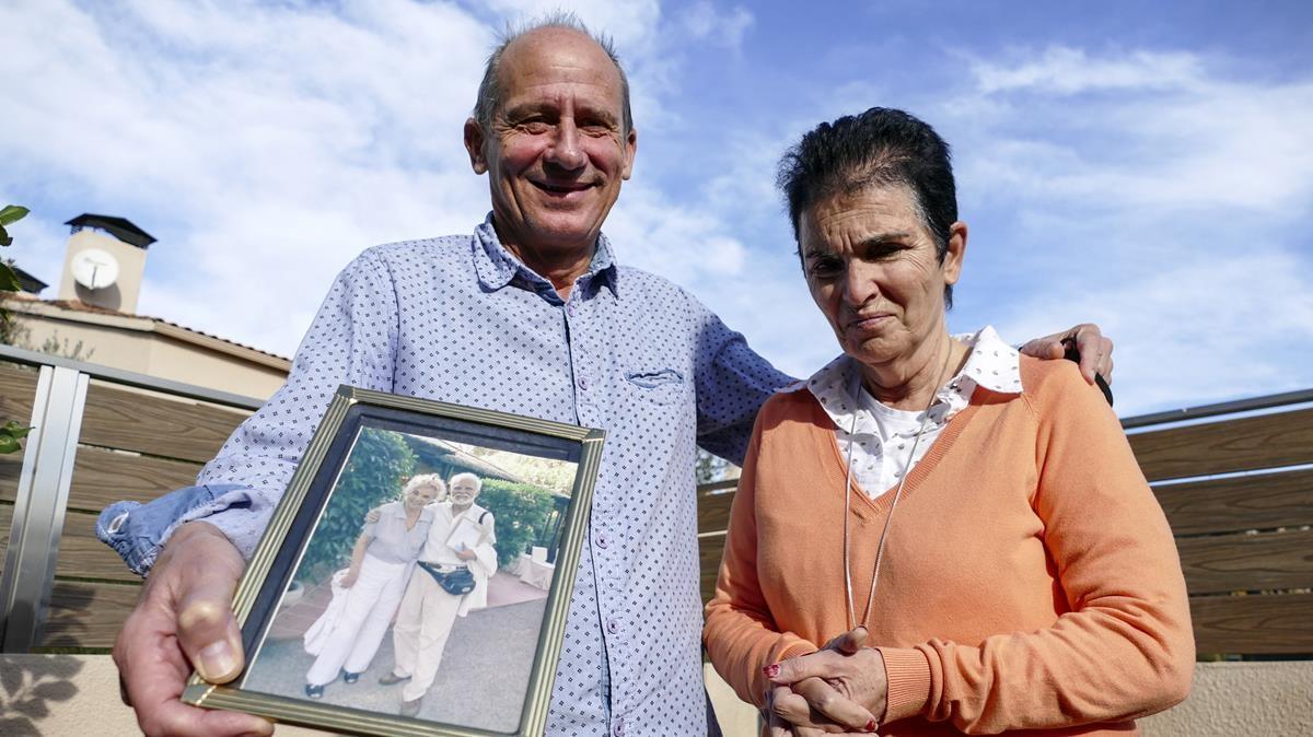 Santa Susanna 8 12 2020  Joan Alquezar y su mujer Nuria ensenando una foto de sus suegros Jordi y Violeta  Jordi murio utilizando la eutanasia en Suiza   Foto de Julio Carbo