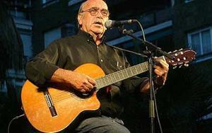 José Antonio Labordeta, en un recital que dio en Barcelona en el año 2004.