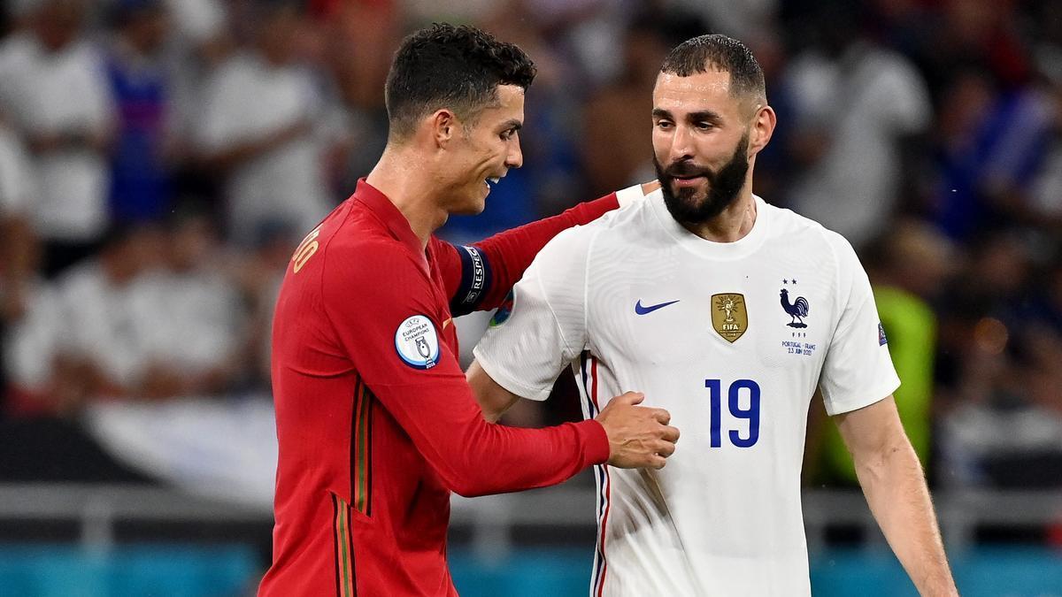 Cristiano y Benzema se saludan al acabar el partido entre Portugal y Francia.