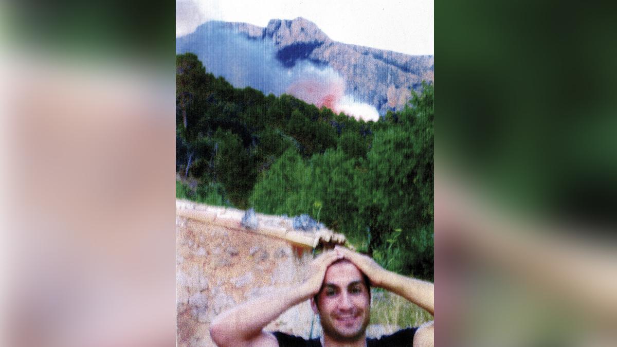 Uno de los incendiarios de Horta de Sant Joan, con el fuego a sus espaldas.