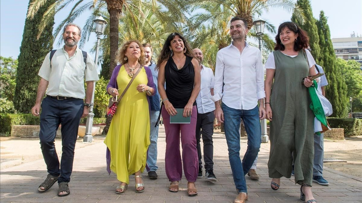 Teresa Rodríguez, en el centro, con otros representantes de fuerzas de la confluencia andaluza de Podemos.