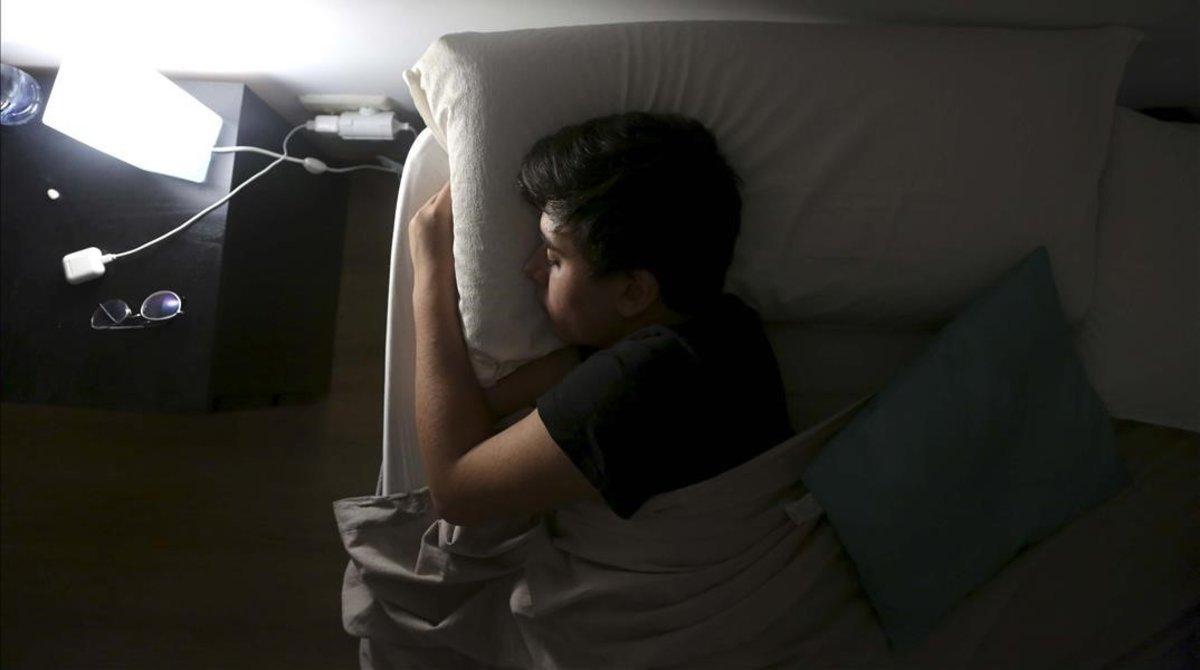 Un adolescente de 15 años trata de conciliar el sueño.