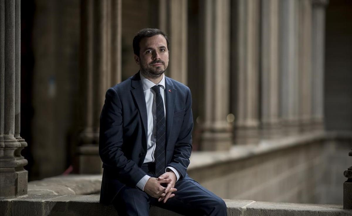 El ministro de Consumo, Alberto Garzón, fotografiado en la sala gótica del Ayuntamiento de Barcelona tras entrevistarse con la Ada Colau.
