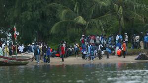 Un grupo de inmigrantes esperan en la orilla del río Casamance, en Senegal, en una imagen de archivo.