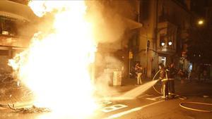Un contenedor en llamas en Gran de Gràcia, la noche de la Diada 2020