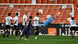 Messi firma el 1-3 al Valencia con una soberbia falta que supera la barrera y a Cillessen.