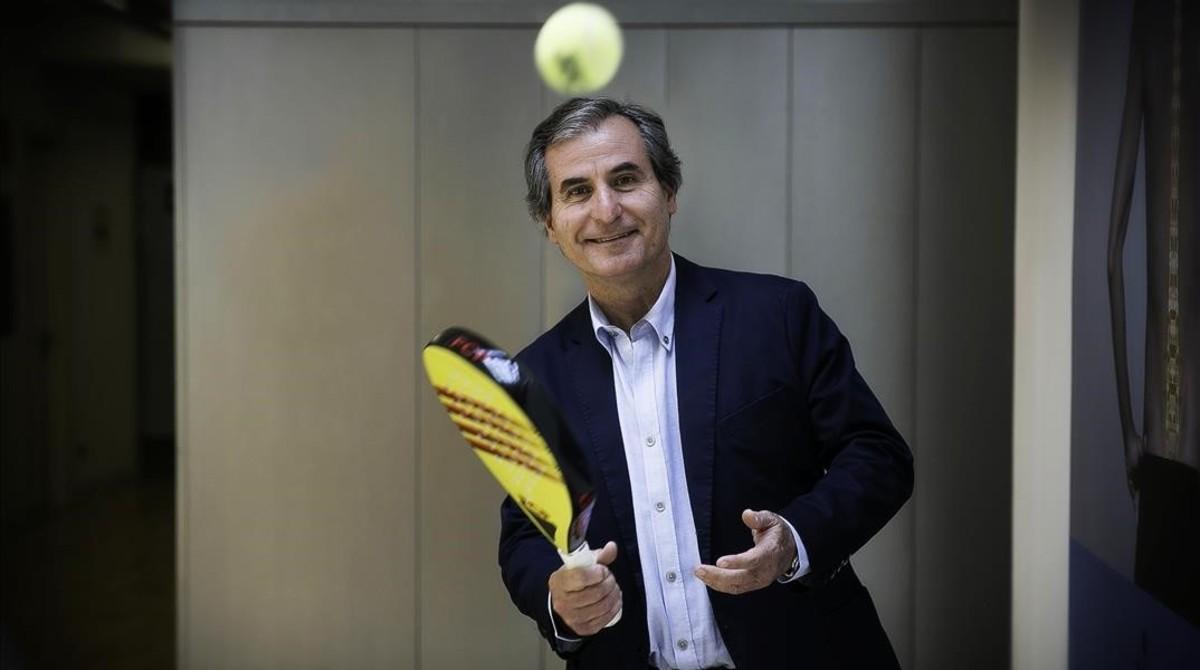 Pere Hernández posa para este diario con la pala de la federación catalana.