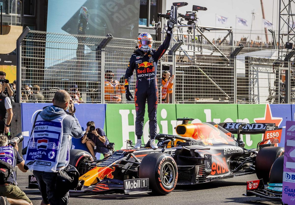 Verstappen celebra la 'pole' lograda ante sus fans subido en su coche.