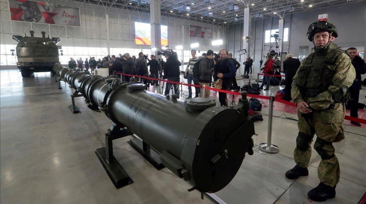 Un militar ruso vigila el arsenal bélico en el complejo de misiles Iskander M en el centro de exposiciones militares Patriot, cerca de Moscú.