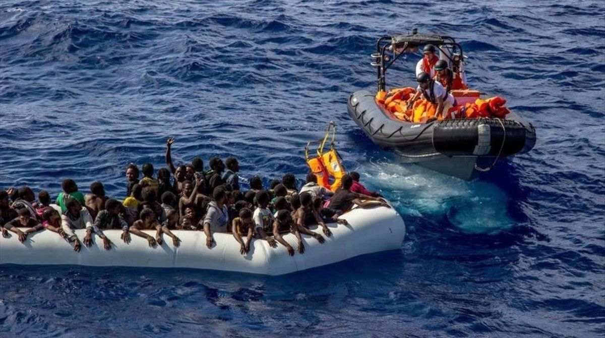 Operación de rescate de Médicos sin Fronteras de una sobrecargada embarcación neumática, a 26 millas de las costas de Libia, el 26 de octubre.