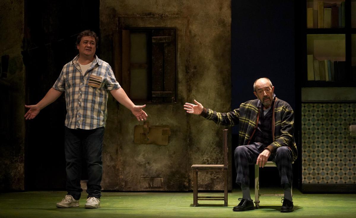 Los actores, Miguel Rellán y Secun de la Rosa, en el pase gráfico de la obra de teatro 'Los asquerosos'.