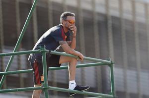 El seleccionador Luis Enrique observa un entrenamiento de España en su primera etapa.